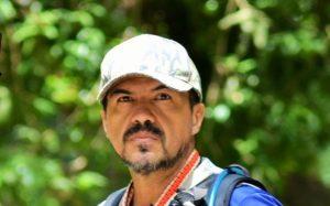 """<u><i>Diego L.<br>GONZALÉZ.<br></u></i>COLOMBIA <img src=""""https://www.countryflags.io/co/shiny/32.png"""">"""